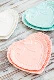 Красочные плиты фарфора с формой сердца Стоковые Изображения