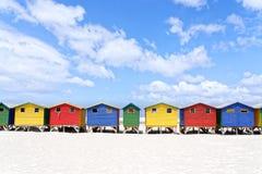 Красочные пляжные домики в Muizenberg Кейптауне стоковое фото