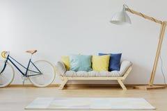 Красочные подушки на деревянном кресле Стоковая Фотография RF