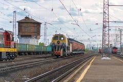 Красочные поезда на городской железной дороге Стоковые Изображения RF