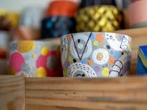 Красочные покрашенные геометрические плантаторы Покрашенные конкретные плантаторы для домашнего украшения стоковые фотографии rf