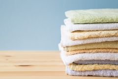 Красочные полотенца ванны на таблице Стоковые Фото