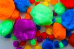 Красочные помпоны для творческих способностей, мех, мягкие шишки стоковые фотографии rf
