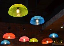 Красочные потолочные лампы сделанные от пластичной крышки еды Стоковые Изображения
