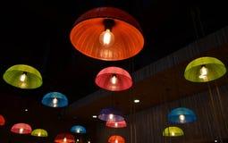 Красочные потолочные лампы сделанные от пластичной крышки еды Стоковая Фотография