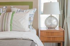 Красочные подушки на белой кровати в современной спальне Стоковые Фотографии RF