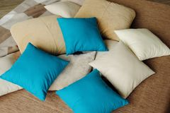 Красочные подушки на кровати теплы и уютны Стоковая Фотография RF