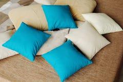 Красочные подушки на кровати теплы и уютны Стоковое Изображение RF