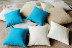 Красочные подушки на кровати теплы и уютны Стоковые Изображения RF