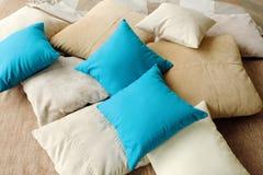 Красочные подушки на кровати теплы и уютны Стоковые Фото