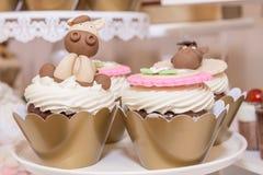Красочные праздничные пирожные на таблице стоковые изображения rf
