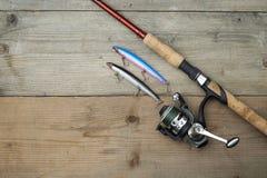 Красочные прикормы с рыболовной удочкой на деревянной пристани Стоковое фото RF