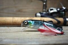 Красочные прикормы с рыболовной удочкой на деревянной пристани Стоковая Фотография