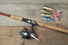 Красочные прикормы с рыболовной удочкой на деревянной пристани Стоковые Фото