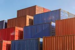 красочные простые контейнеры для перевозок стоковые изображения