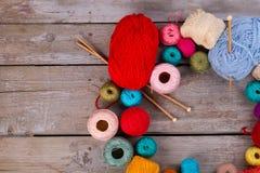 Красочные пряжа, иглы и крюк Стоковая Фотография
