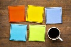Красочные, пустые примечания напоминания с чашкой кофе Стоковое Изображение