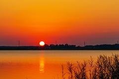 Красочные расшивы солнца над озером Стоковые Фотографии RF