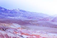 Красочные розовые холмы под солнечным небом стоковое изображение rf
