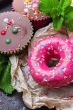 Красочные розовые donuts на таблице grunge ржавой стоковое изображение rf