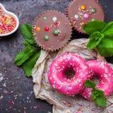 Красочные розовые donuts на таблице grunge ржавой стоковое изображение