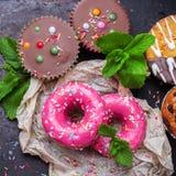 Красочные розовые donuts на таблице grunge ржавой стоковая фотография rf