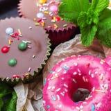 Красочные розовые donuts на таблице grunge ржавой стоковая фотография