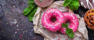 Красочные розовые donuts на таблице grunge ржавой стоковое фото