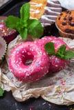 Красочные розовые donuts на таблице grunge ржавой стоковые изображения