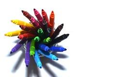 Красочные ручки войлок-подсказки в корзине на белой предпосылке Селективный фокус Стоковая Фотография
