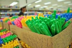 Красочные ручки в коробках стоковые фото