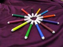 Красочные ручки ручек отметок пестротканые чувствуемые нарисовать линию стоковая фотография