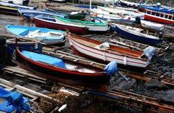 Красочные рыбацкие лодки на береге гавани стоковое фото rf