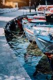 Красочные рыбацкие лодки состыковали наряду близко к набережной на побережье сцена греческого острова, Средиземного моря стоковые фото