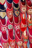 Красочные сандалии обуви дам для продажи в рынке, обуви стоковое изображение rf