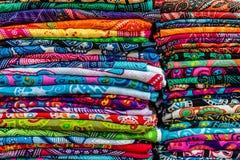 Красочные саронги на рынке, острове Бали, Индонезии Стоковые Фото