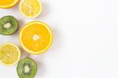 Красочные свежие фрукты на белой предпосылке Апельсин, мандарин, киви, лимон r Концепция еды лета стоковая фотография