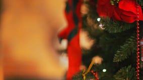 Красочные света и bokeh блеска в defocus Игрушки рождественской елки, романтичное рождество и Новый Год, праздник акции видеоматериалы