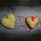 Красочные связанные сердца на темных досках Стоковая Фотография RF