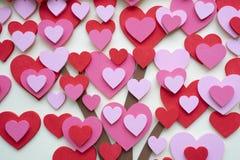 Красочные сердца сделанные от пены или пластмассы на стене Стоковое фото RF