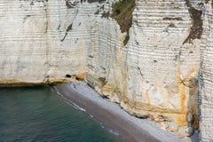 Красочные скалы известняка с пляжем около Etretat в Normandie Франции Стоковые Фотографии RF