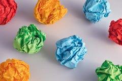 Красочные скомканные бумажные шарики стоковые фотографии rf