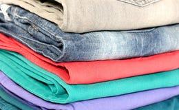 Красочные сложенные джинсы стоковые фото