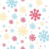 Красочные снежинки: пинк, голубой, yellowcolors в безшовной картине Винтажная картина зимы на белой предпосылке вектор бесплатная иллюстрация
