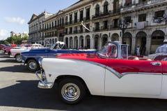 Красочные старые американские автомобили в habana Кубе стоковые фото