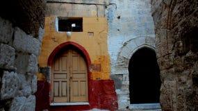 Красочные старые каменные стены и двери стоковые изображения