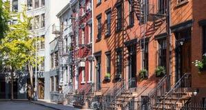 Красочные старые дома на улице гомосексуалиста в Нью-Йорке Стоковая Фотография RF