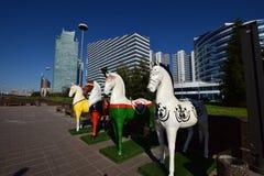 Красочные статуи лошадей в Астане Стоковые Изображения