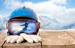 Красочные стекла лыжи и перчатки зимы, концепция спорта зимы Стоковое фото RF