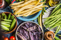 Красочные стручки гороха и фасоли в шарах, взгляд сверху, конце вверх vegetarian еды здоровый Стоковое фото RF